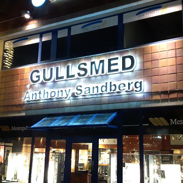 Fasadeskilt med lys for Gullsmed Anthony Sandberg. Utvendig skilt.