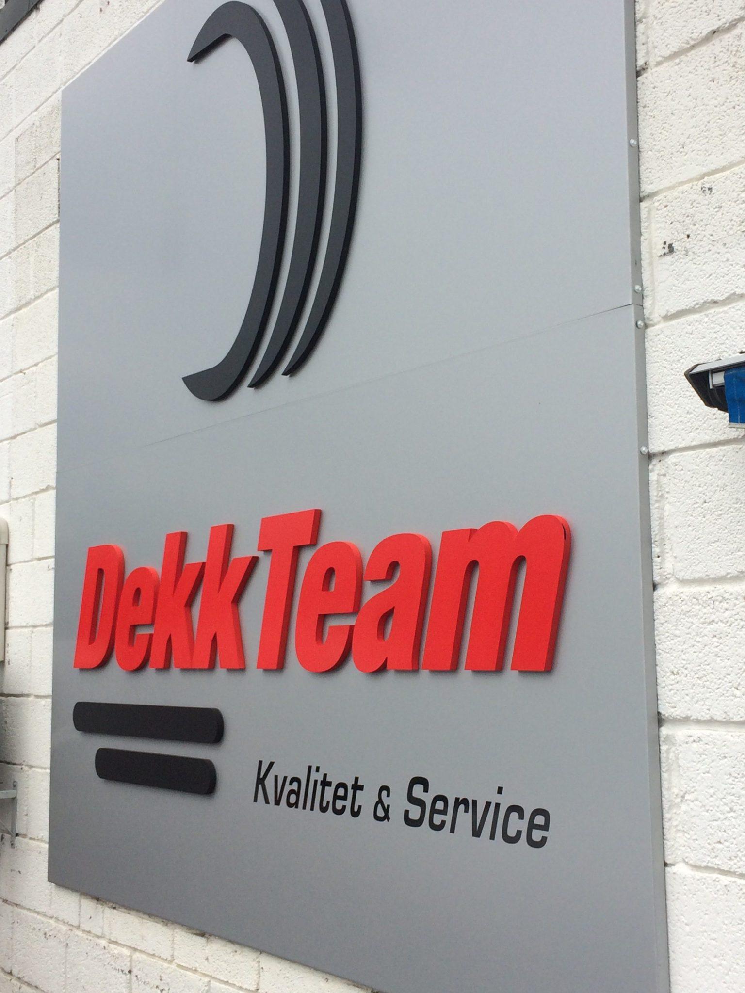 Aluminiumsskilt med utfrest logo for DekkTeam