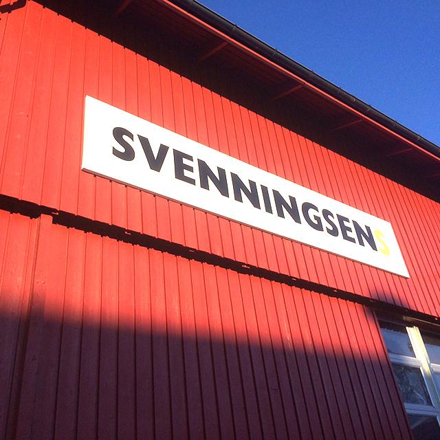 Enkelt fasadeskilt for Svenningsens. Utvendig skilt