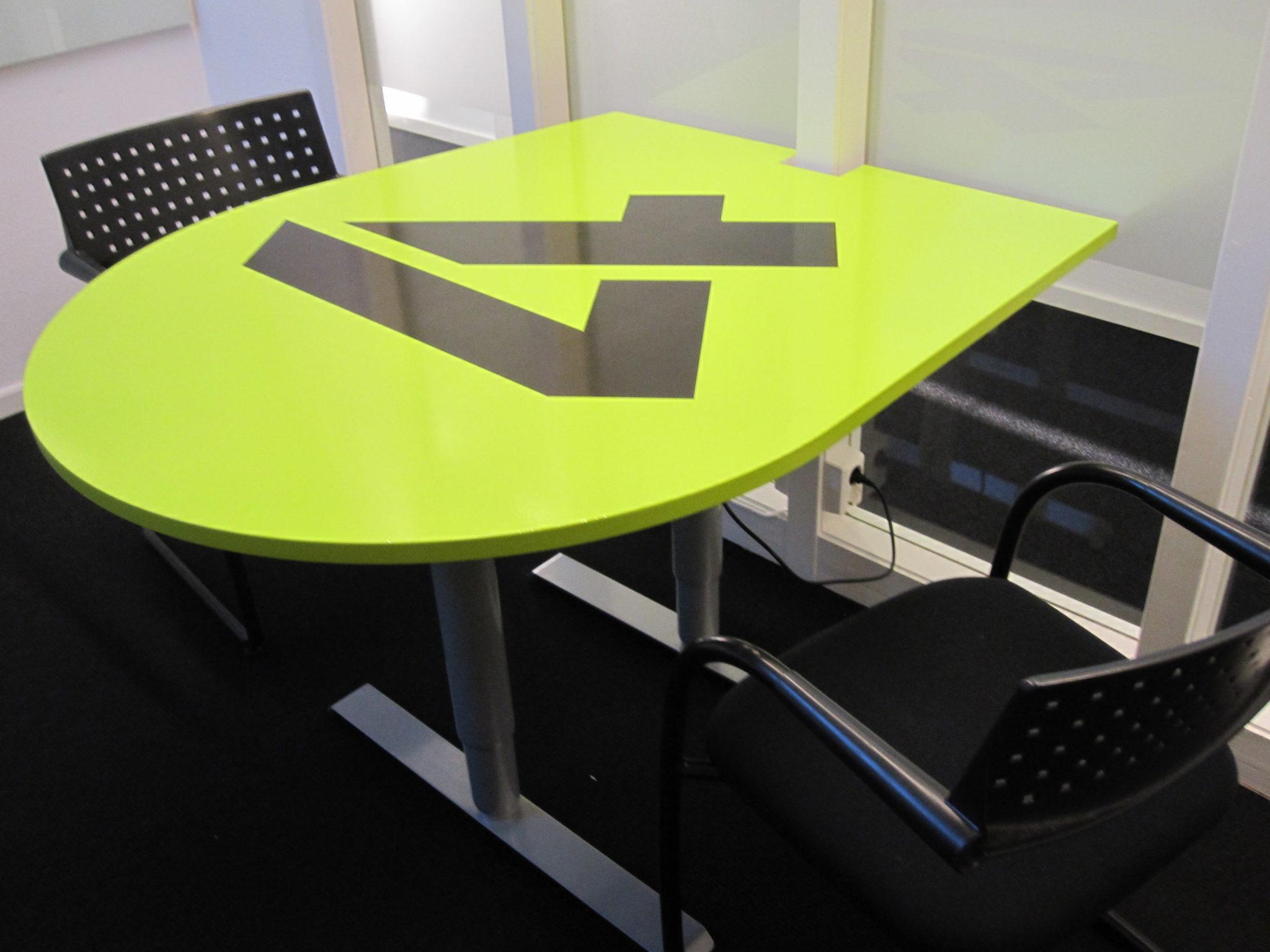 Foliering av bordplater