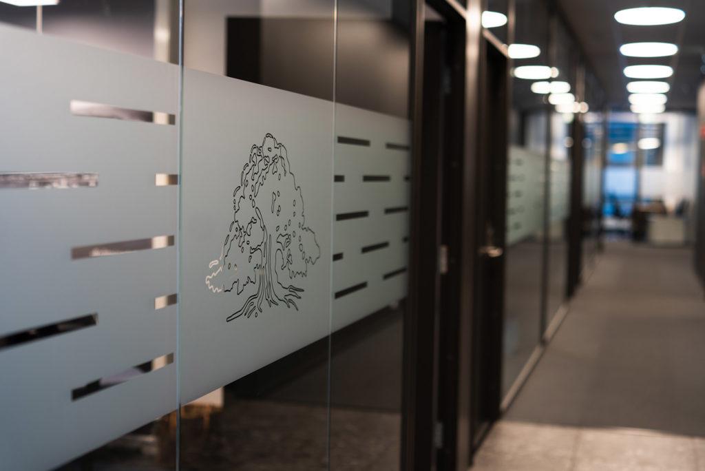 Foliering og avskjerming av glassvegger til kontorene